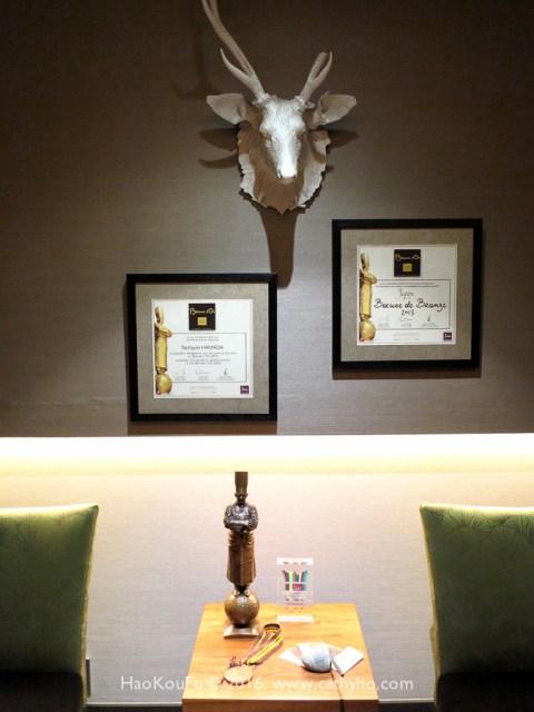 餐廳的玄關,擺著浜田主廚在Bocuse d'Or比賽贏得的獎座和獎狀