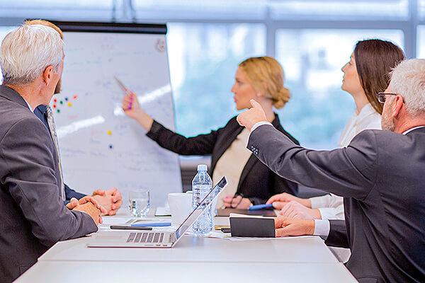 ビジネスシーンで「開始する」の意味としてよく使われる2つの英表現とニュアンスの違い