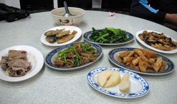 delectable dinner included in the mountain lodge of Daxue Shan 大雪山. The Chinese pears are particularly famous