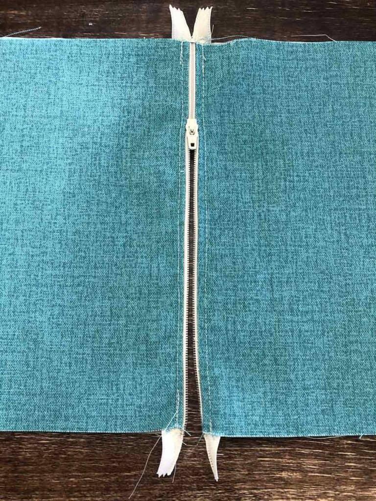 17b Topstitch by zipper