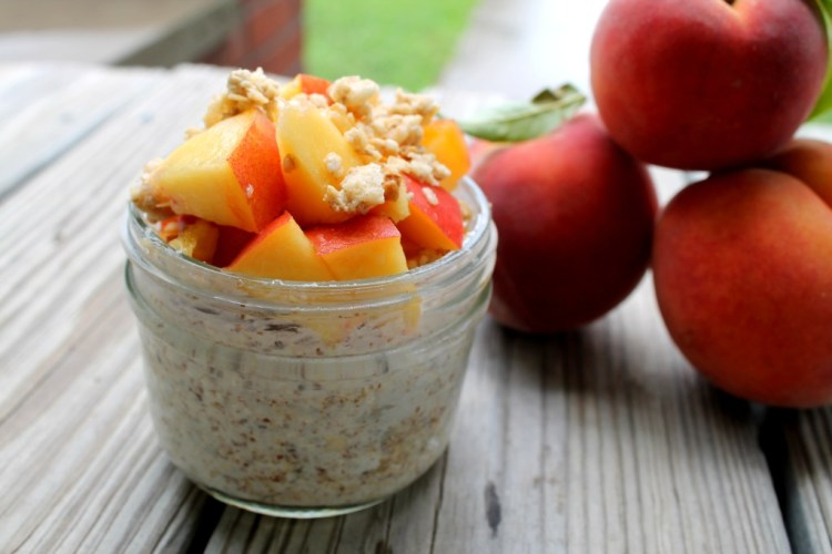 Peachy Crunch Overnight Oats | read more at happilythehicks.com