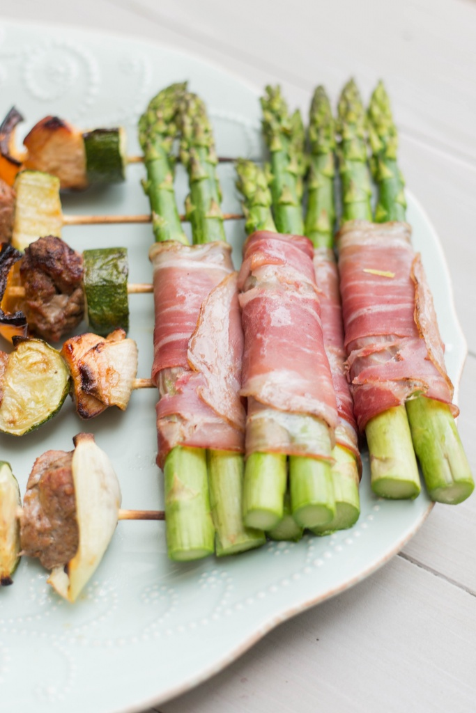 Summer Grillin' with some chicken and beef kabobs! *Whole30 approved!*   read more at happilythehicks.com