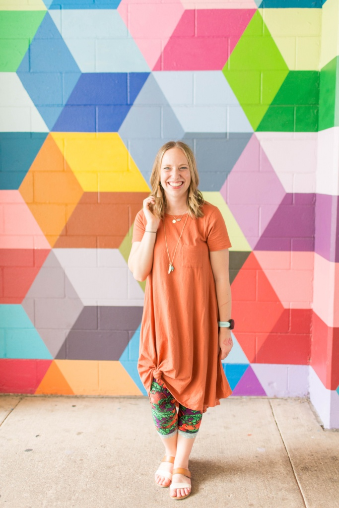 Go back to school shopping with LuLaRoe! Carly and printed leggings | read more at happilythehicks.com