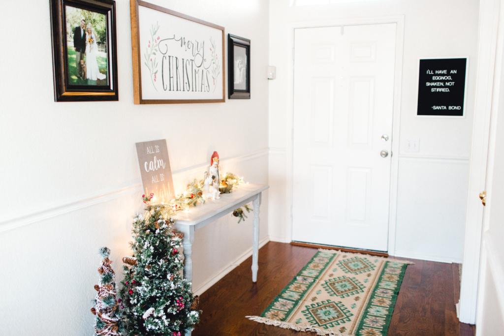 Christmas Decor Home Tour | read more at happilythehicks.com