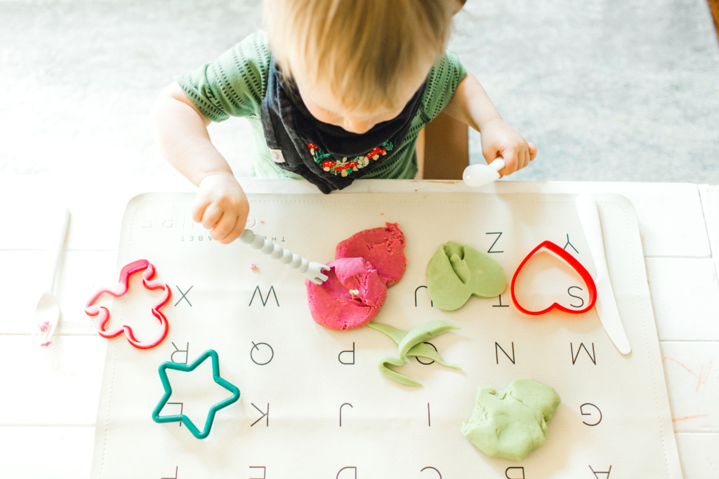 Homemade Toxin Free Playdough | read more at happilythehicks.com