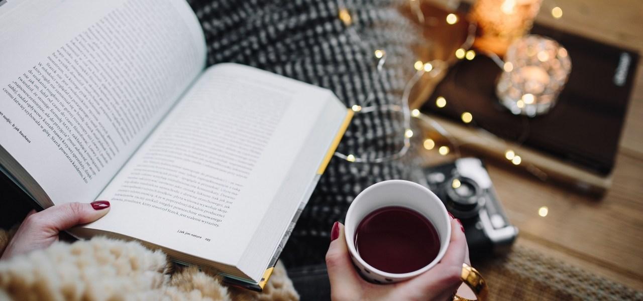 livre. thé bougies et guirlandes