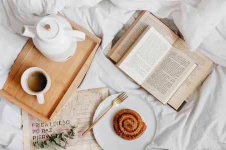 plateau petit déjeuner café thé livre