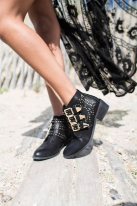 bottines-studs-cloutees-dorees-a-sangles-simili-noir