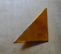 金色の折り紙で三角に折った様子