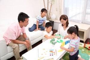 家庭で過ごす家族