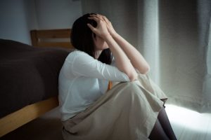 甲状腺機能低下症の浮腫みがマッサージで解消されず落ち込む女性