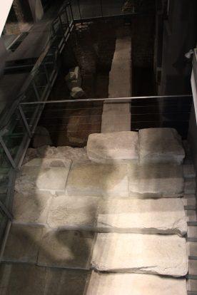 Blick von den Rolltreppen in den Keller im H&M