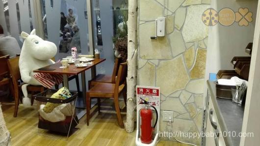 ムーミンハウスカフェ 店内に座るムーミン