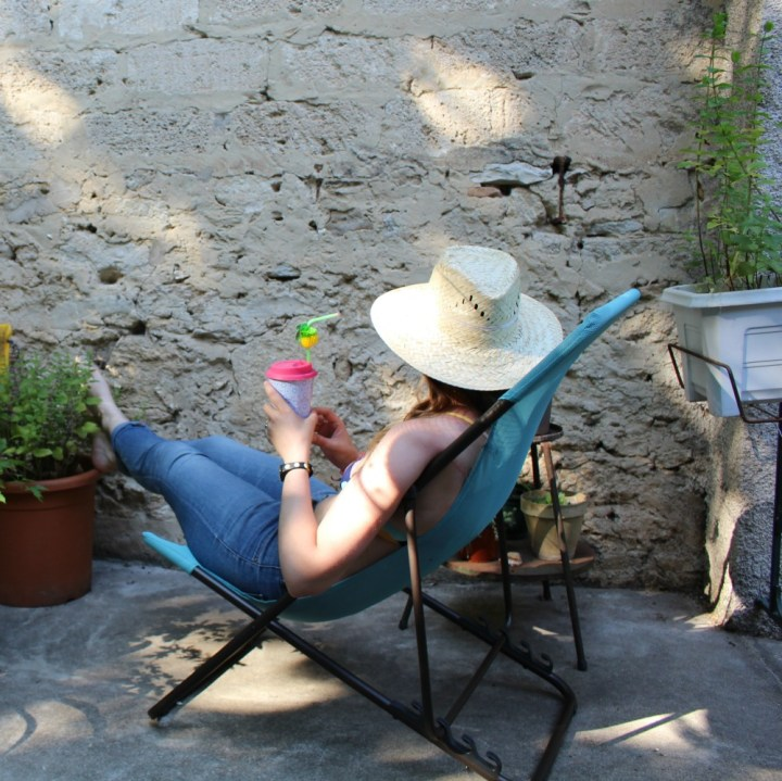 Bien posée partout avec ma chaise longue nomade !