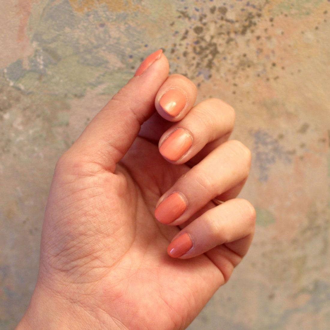 vernis à ongles rose irisé