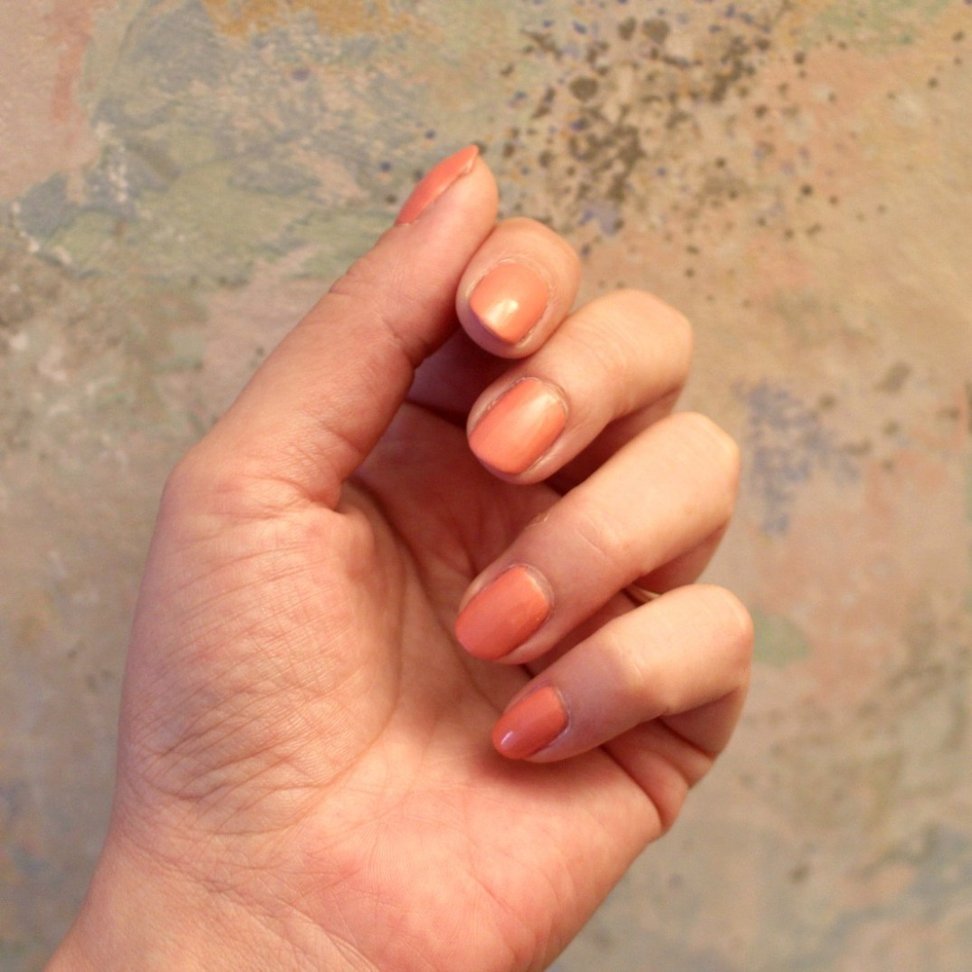 vernis à ongles rose irisé
