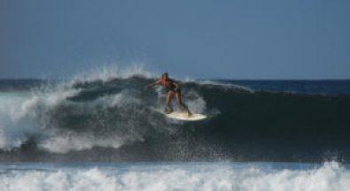 About us - Happy Days Surf Peniche - Audrey surfing