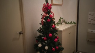 子どもと飾るクリスマスツリー