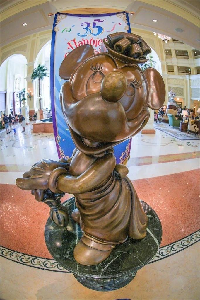ディズニーランドホテル ミニーの彫像