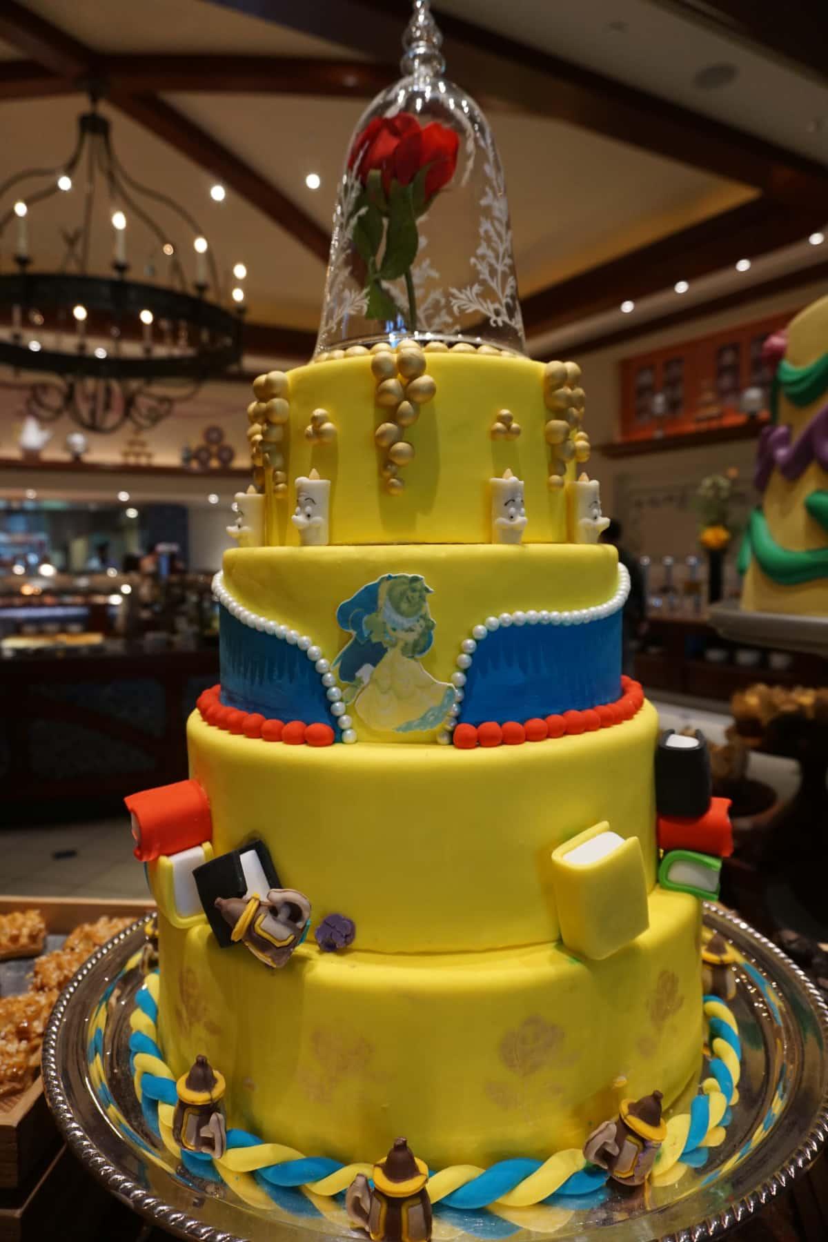 「美女と野獣」をモチーフにしたケーキ