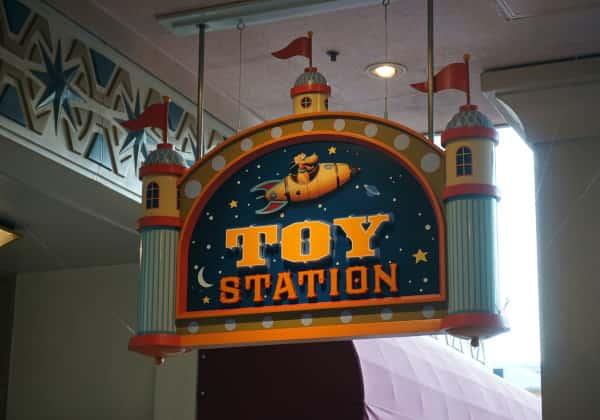 トイ・ステーションの看板