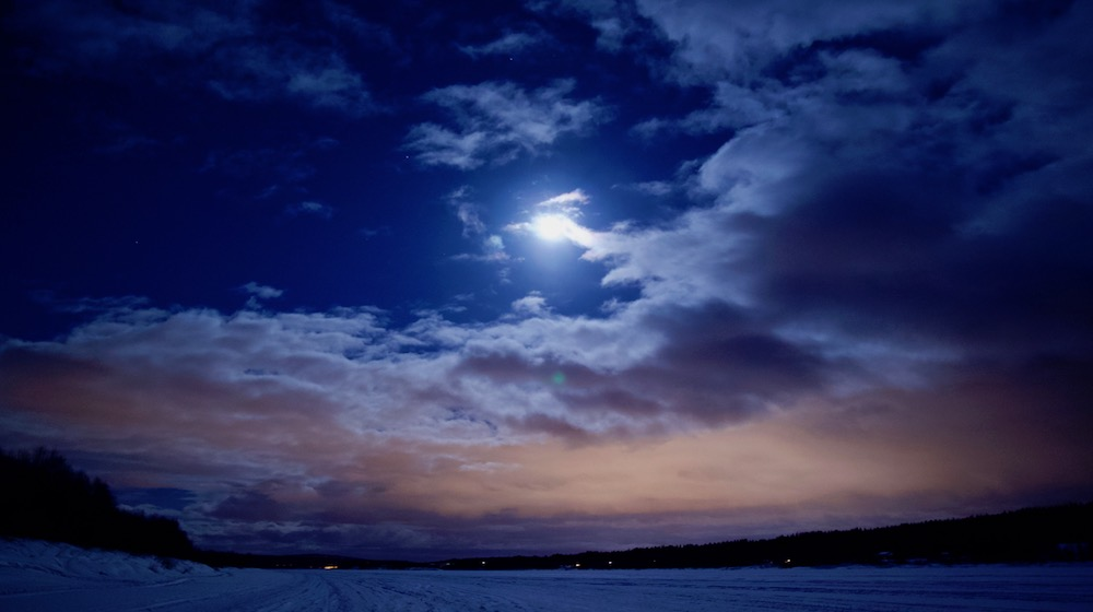 Happy-Fox-Aurora-Adventure-in-hot-tube-and-log-sauna-full-moon-ounasjoki-river