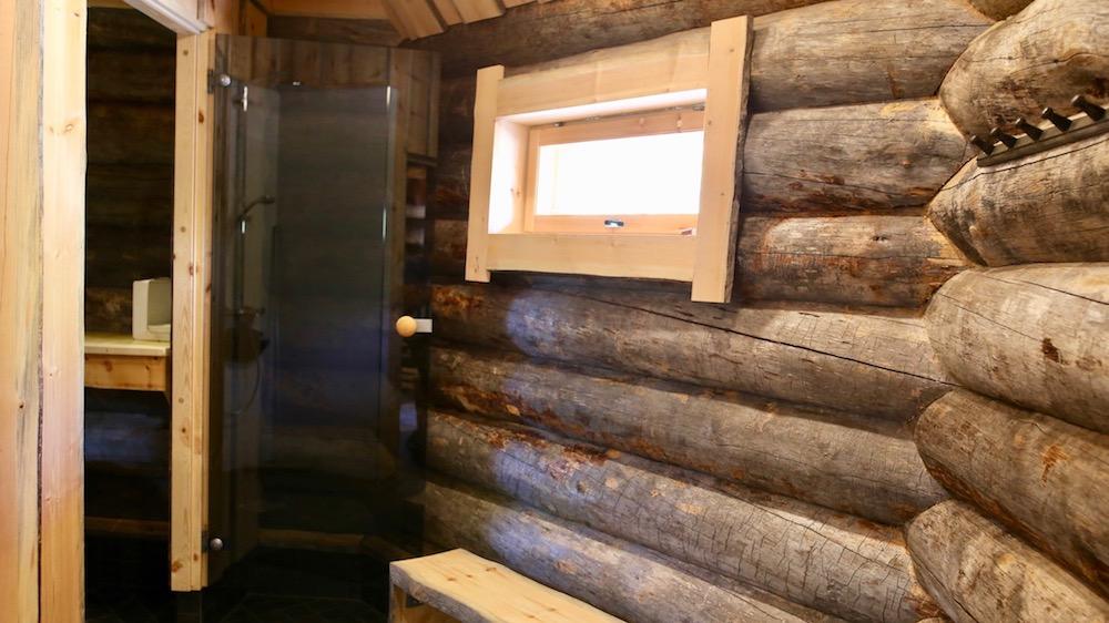 Happy-Fox-Aurora-Sauna-shower-room