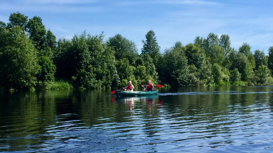 Happy-Fox-Canoe-Trip-to-the-Ounasjoki-River-talvikki-padling-p