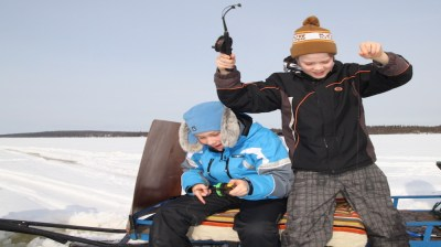 Happy-Fox-Ice-Fishing-Trip-to-the-Ounasjoki-river--Jussi-catch-fish kopio