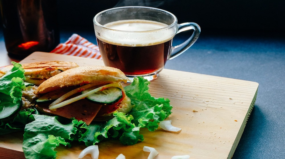 Happy-Fox-Log-Sauna-and-an-evening-snack-sauna-burger