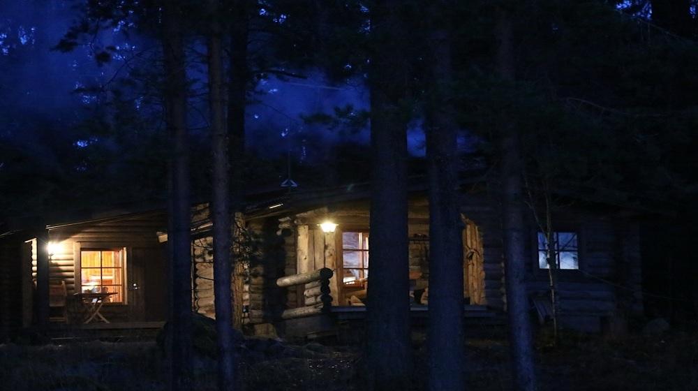 Happy-Fox-Northern-Lights-Hunt-in-hot-tube-and-a-log-sauna-winter-log-sauna-outside