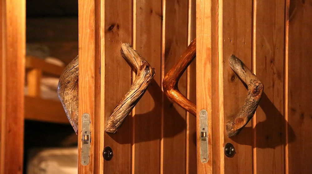Happy-Fox-Northern-Lights-Hunt-in-hot-tube-and-a-log-sauna-winter-sauna-door
