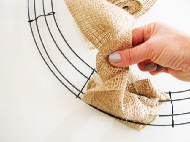 burlap wreath twist