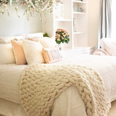 9 Simple Ways to Add Holiday Cheer to a Bedroom