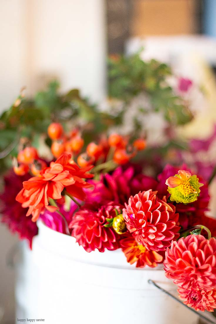 Dahlias are so vibrant and such an inexpensive way to add color to a flower arrangement. This DIY Foraged Flower Arrangement is easy and inexpensive to make. With only a few flowers from my garden and a vintage tureen, I have the prettiest arrangement for under $10. Learn the tricks on creating a beautiful flower arrangement from your yard. Flowers | Flower Arrangements | Foraged Flower| Wedding Flowers