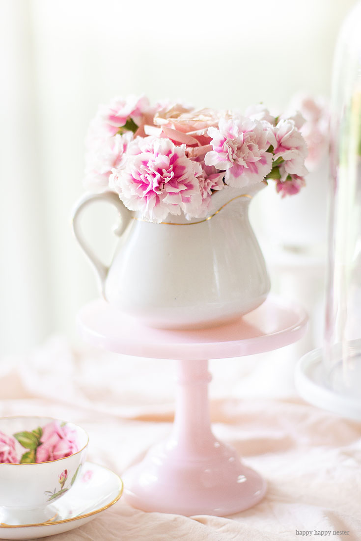 Cake stands are easy ways to decorate a table or your home. I have gathered some Cute Ways to Use a Cake Stand that I'm sure you'll love. You can use them for the holidays or even a wedding reception. They add drama and interest because of their styles and heights. #cakestands #decorating #weddings #flowers #decor
