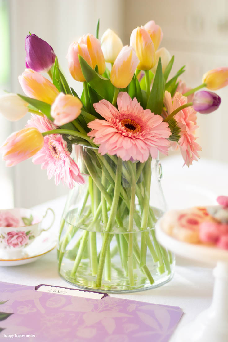 Need some help with your Spring Floral Arrangements? I came up with an easy and pretty bouquet using simple tulips and daises. It takes a few minutes to make and your home is bursting with spring happiness. You don't have to spend much time and money on your flowers. #flowers #springflowers #floralarrangements #tulips
