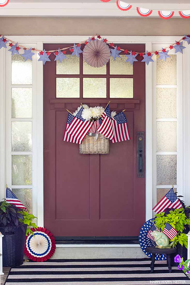 Check out this festive front porch for the holidays. #4thofjuly #summerdecor #decorating