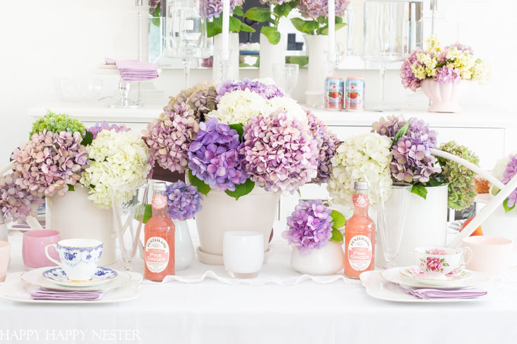 Create a gorgeous summer table decor with hydrangeas in just a few minutes. These summer garden flowers are the perfect addition to an easy summer table. #summertable #hydrangeas #decor