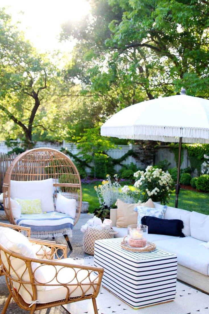 This Easy Summer Decorating Ideas post provides some easy inspirations that you can try at home. Make sure to create a cozy outdoor living space this year. Peek into some of our homes and see the easy things we add. Learn how to get your home ready for the lazy days of summer. #summerdecor #decorating #summerhome