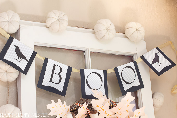 This Boo Garland is made out of paper. It is a super easy paper Halloween project that even kids will love. This tutorial includes a free printable. #papercrafts #halloween #halloweencrafts #crafts