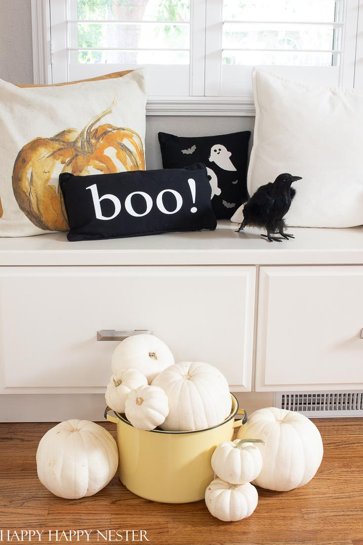 Great roundup of Ideas for Halloween Decorations! This post also shows 7 helpful tips. All these decorating ideas are easy and can quickly change your home. #crafts #halloween #halloweencreafts #halloweendecor