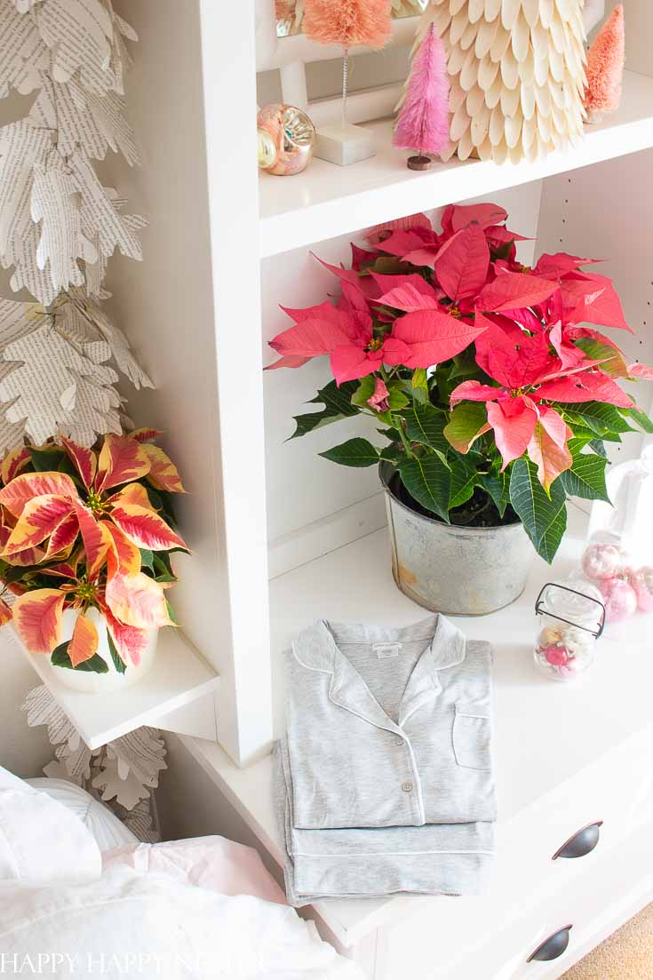Need help with your Christmas decor? This pink and red-colored vintage holiday decor will inspire you to decorate your bedroom. #holidaydecor #christmas #christmasdecorating #decorating #christmas