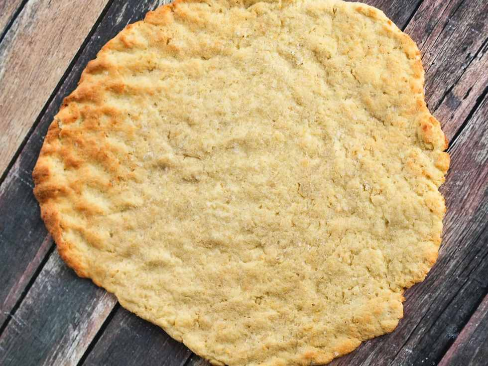 You are just 25 minutes away from the BEST and EASIEST gluten-free flatbread of your life! Just 5 ingredients! Great gluten-free and dairy-free flatbread recipe.
