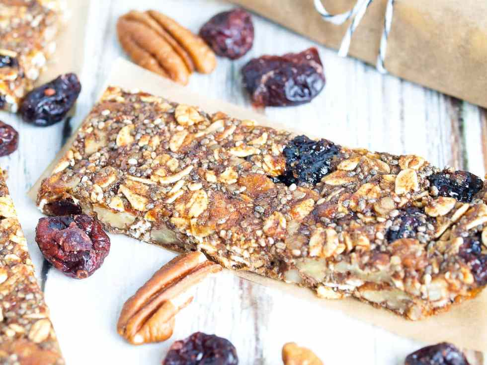 Pecan Cranberry Granola Bar Recipe--These healthy homemade granola bars are super easy to make and taste like pecan pie!! The best!!