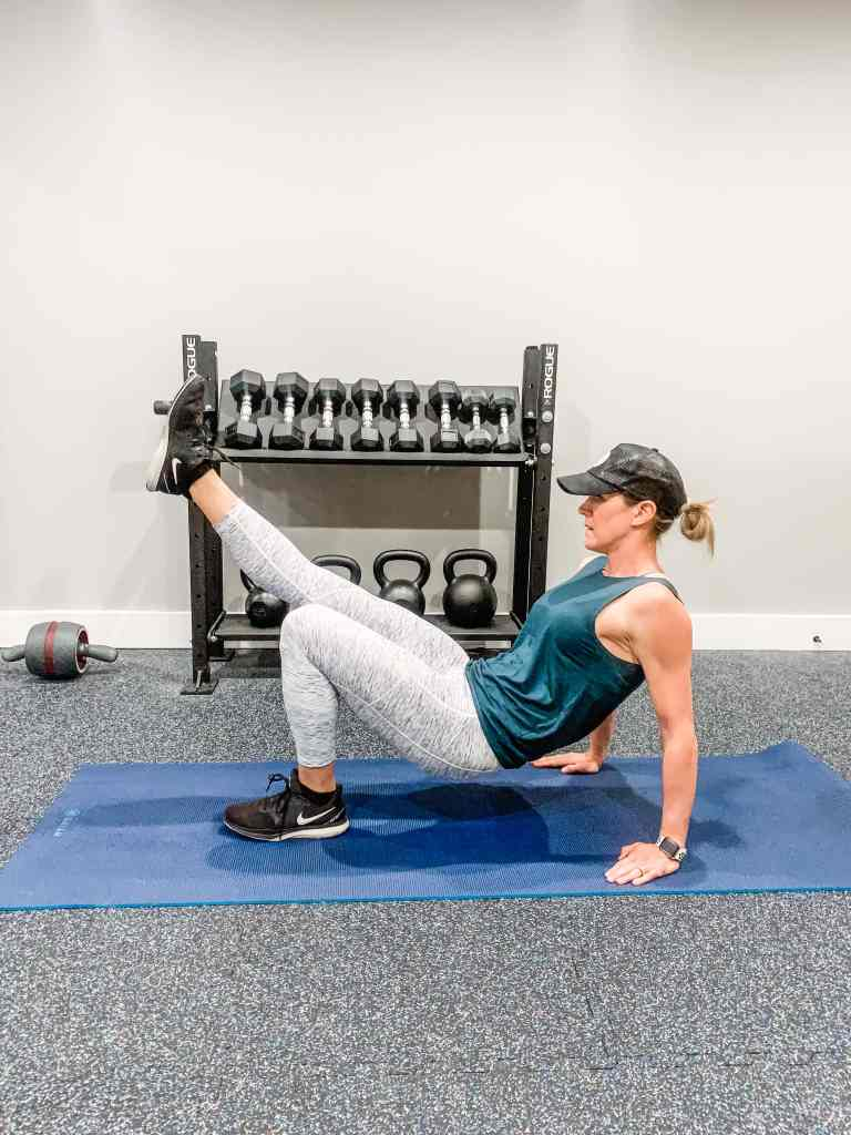 demonstration of single leg isolated hip bridge