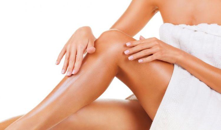 woman-applying-moisturiser
