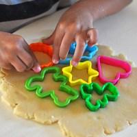 עוגיות חמאה בצורות - או - איך מעבירים את החופש בקייטנת אמא