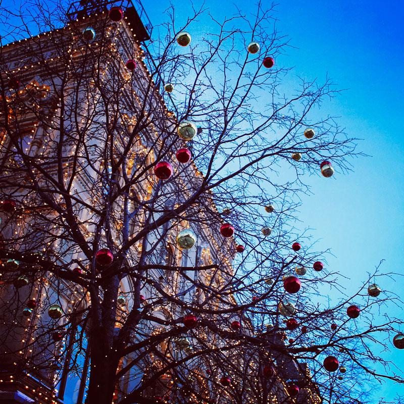 Дерево, украшенное новогодними шарами, ГУМ, Красная площадь