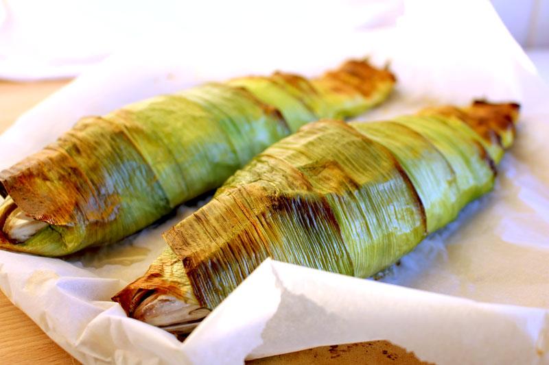 Сибас, запеченный в листьях лука-порея
